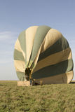 Gorące powietrze balonowa załoga, Serengeti, Tanzania Fotografia Royalty Free