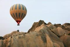 Gorące Powietrze balonu latanie W Pięknym natura krajobrazie Z skałami zdjęcie royalty free