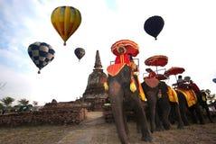Gorące powietrze balonu przedstawienie na antycznej świątyni w Tajlandia zawody międzynarodowi balonu festiwalu 2009 Fotografia Stock
