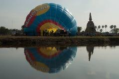 Gorące powietrze balonu przedstawienie na antycznej świątyni w Tajlandia zawody międzynarodowi balonu festiwalu 2009 Zdjęcie Royalty Free