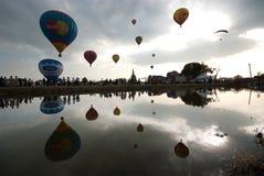 Gorące powietrze balonu przedstawienie na antycznej świątyni w Tajlandia zawody międzynarodowi balonu festiwalu 2009 Zdjęcie Stock