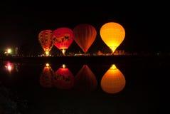 Gorące powietrze balonu przedstawienie na antycznej świątyni w Tajlandia zawody międzynarodowi balonu festiwalu 2009 Obrazy Stock