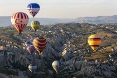 Gorące powietrze balony latają nad pięknym krajobrazem blisko Goreme w Cappadocia regionie Turcja obraz stock