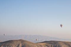 Gorące powietrze balony ustawiający wśród spokojnego niebieskiego nieba fotografia stock