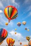 Gorące powietrze balony z niebieskiego nieba i chmur tłem Obrazy Stock