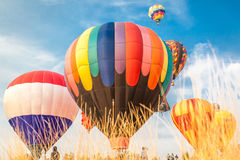 Gorące powietrze balony z niebieskiego nieba i chmur tłem Zdjęcia Royalty Free