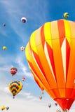 Gorące powietrze balony z niebieskiego nieba i chmur tłem Obraz Royalty Free