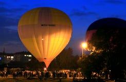Gorące powietrze baloons startung latać w wieczór niebie Obraz Royalty Free