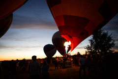Gorące powietrze szybko się zwiększać festiwal w Pereslavl-Zalessky, Yaroslavl Oblast nocy latanie w 16 2016 Lipu Obraz Stock