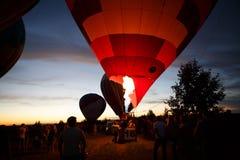 Gorące powietrze szybko się zwiększać festiwal w Pereslavl-Zalessky, Yaroslavl Oblast nocy latanie w 16 2016 Lipu Obrazy Stock