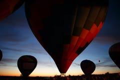Gorące powietrze szybko się zwiększać festiwal w Pereslavl-Zalessky, Yaroslavl Oblast nocy latanie w 16 2016 Lipu Zdjęcie Royalty Free