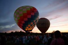 Gorące powietrze szybko się zwiększać festiwal w Pereslavl-Zalessky, Yaroslavl Oblast nocy latanie w 16 2016 Lipu Fotografia Stock