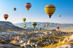 Gorące powietrze szybko się zwiększać latanie nad Cappadocia, Turcja zdjęcie royalty free