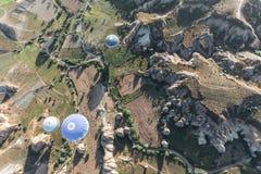 gorące powietrze szybko się zwiększać latanie nad majestatyczny krajobraz w cappadocia, indyk Obraz Stock