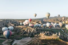 gorące powietrze szybko się zwiększać latanie nad piękne dziwaczne rockowe formacje w goreme parku narodowym, cappadocia, indyk Ð Zdjęcia Stock