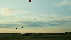 Gorące powietrze szybko się zwiększać latanie nad polem w wsi zbiory