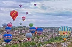 Gorące powietrze szybko się zwiększać nad góra krajobrazem w Cappadocia Zdjęcie Royalty Free