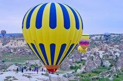 Gorące powietrze szybko się zwiększać nad góra krajobrazem w Cappadocia Obrazy Stock