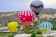 Gorące powietrze szybko się zwiększać nad góra krajobrazem w Cappadocia Obraz Stock