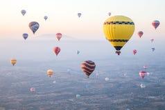 Gorące powietrze szybko się zwiększać wydźwignięcie nad horyzontem w Cappadocia obraz royalty free