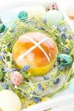 Gorące przecinające babeczki i Easter dekoracje Fotografia Stock