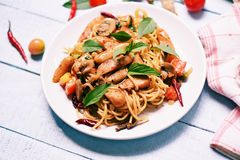Gorącego i korzennego spaghetti makaronu pomidorowy chili basilów liści odgórny widok i Tradycyjna wyśmienicie Włoska karmowa spa zdjęcia royalty free
