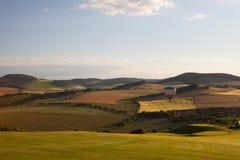 Gorącego powietrza balonowy latanie nad doliną przy zmierzchem i polem golfowym Zdjęcia Royalty Free