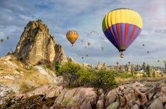 Gorącego powietrza balonowy latanie nad skała krajobrazem przy Cappadocia Turcja Zdjęcia Stock