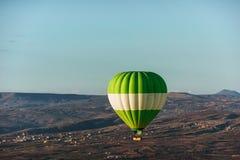 Gorącego powietrza balonowy latanie nad skała krajobrazem przy Cappadocia Turcja Dolina, wąwóz, wzgórza, lokalizować między powul Obraz Stock