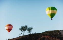 Gorącego powietrza balonowy latanie nad skała krajobrazem przy Cappadocia Turcja Dolina, wąwóz, wzgórza, lokalizować między powul Zdjęcia Stock