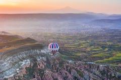 Gorącego powietrza balonowy latanie nad zadziwiającym krajobrazem przy wschodem słońca Cappad Zdjęcia Stock