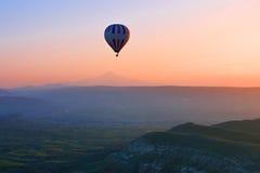 Gorącego powietrza balonowy latanie przy wschodem słońca, Cappadocia, Turcja Fotografia Stock