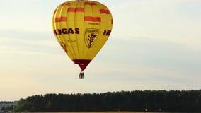 Gorącego powietrza balonowy latanie w niebie nad lasem, wieczór zbiory wideo