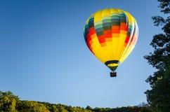 Gorącego Powietrza Balonowy Unosić się i Jasny niebo Obrazy Royalty Free