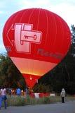 Gorącego powietrza balonowy zaczynać latać w wieczór niebie Fotografia Stock