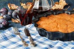 Gorący alkohol dla zimnego dnia z śliwkowym kulebiakiem zdjęcie stock