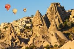 Gorący balony nad Uchisar zdjęcie stock