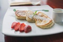 Gorący blin z truskawką i kumberlandem - fritters chałupa ser, smaku śniadanie zdjęcia royalty free