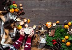 Gorący Bożenarodzeniowi napoje, kawa, kakao lub czekolada z marshmallows, Bożenarodzeniowy skład na drewnianym tle, gałąź, Christ Zdjęcie Royalty Free