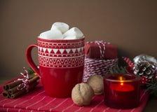 GORĄCY BOŻENARODZENIOWY napoju kakao, MARSHMALLOW I Zdjęcie Royalty Free
