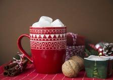 GORĄCY BOŻENARODZENIOWY napoju kakao, MARSHMALLOW I Zdjęcia Stock