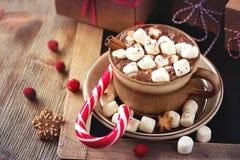 Gorący cacao napój z marshmallows, prezenta pudełkiem i bożego narodzenia ciastkiem, Obrazy Stock