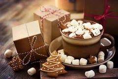 Gorący cacao napój z marshmallows, prezenta pudełkiem i bożego narodzenia ciastkiem, Obraz Stock