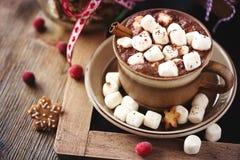Gorący cacao napój z marshmallows, prezenta pudełkiem i bożego narodzenia ciastkiem, Zdjęcie Royalty Free