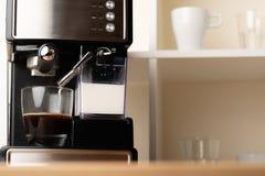 Gorący cappuccino, lat w filiżance Przygotowywa odświeżenie, krzepiąca kawa w szklanej przejrzystej filiżance fotografia royalty free