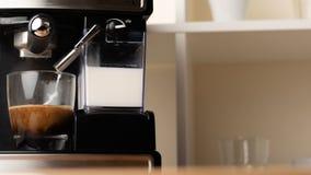 Gorący cappuccino, lat w filiżance Przygotowywa odświeżenie, krzepiąca kawa w szklanej przejrzystej filiżance Z przestrzeni? zdjęcie royalty free