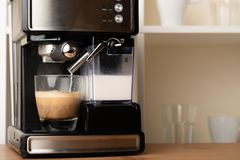 Gorący cappuccino, lat w filiżance Przygotowywa odświeżenie, krzepiąca kawa w szklanej przejrzystej filiżance Z przestrzeni? obrazy stock