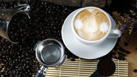 Gorący cappuccino z lejącym się mlekiem zdjęcia royalty free