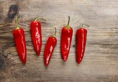 Gorący chili pieprze na starym drewnianym stole Zdjęcia Stock
