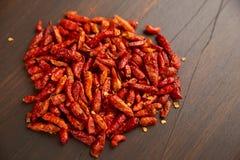 Gorący chili pieprze outdoors Zakończenie wiązka czerwoni pieprze Od above stosu umieszczającego na zmrok deski tle czerwony piep Obrazy Stock